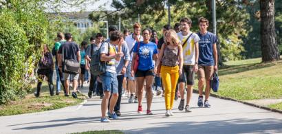 un groupe d'étudiants sur le campus