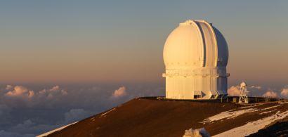 Le téléscope Canada-France-Hawaï vue du soleil couchant.