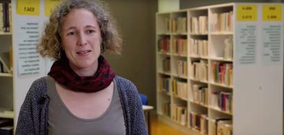 Une femme qui parle dans une bibliothèque