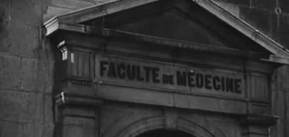 Vue en noir et blanc du fronton de l'ancienne faculté de médecine