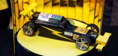 Une voiture de course miniature.