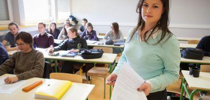 Visage de Céline Bourgeois dans sa salle de classe avec ses élèves en arrière plan.