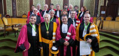 groupe de personnes en toge lors de la cérémonie de remise des titres de professeur honoraire