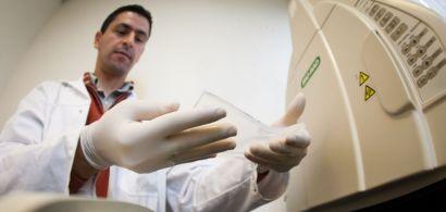 Omar Boulanouar tient une gélatine dans ses mains.