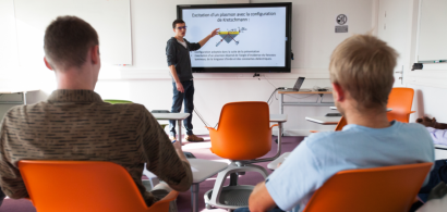 Des étudiants de l'UFR ST présentent leur exposé lors d'une séance dans la classe laboratoire de l'ESPE