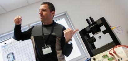 Arnaud Hubert présente une maquette de lévitation magnétique