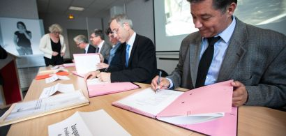 Le président de l'UFC Jacques Bahi signant la convention