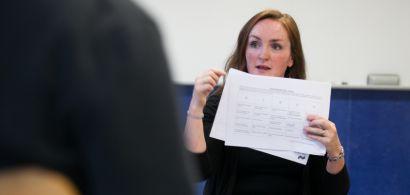 Une professeure du CLA pendant son cours