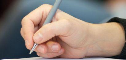 Une main tenant un stylo