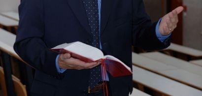 Un homme en costume tenant un code à la main