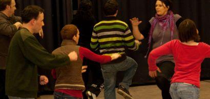 Plusieurs personnes font des exercices lors d'un cours de théâtre