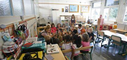 Photographie d'écolier dans leur classe.