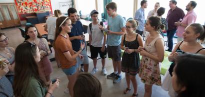 Un groupe d'étudiants en train de discuter.