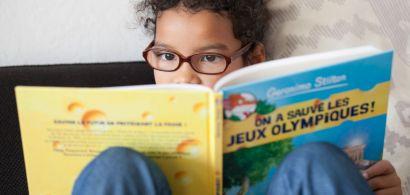 Une petite fille lisant une BD