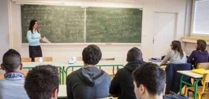Une enseignante en classe