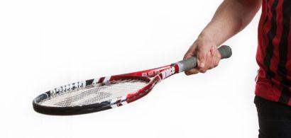 Un jeune homme tenant une raquette de tennis
