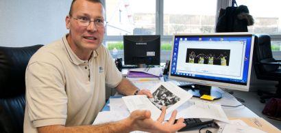 Portrait d'Eric Monnin en train de parler à son bureau