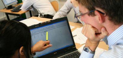 Des étudiants travaillant sur un projet d'entreprise