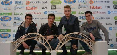 Rémi, Joris, Pierre Louis et Pol, devant leur maquette Dragonfly