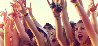 des jeunes filles pendant un concert
