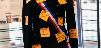 Un mannequin en habits officiels de maire avec des post it.