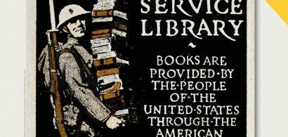 soldat tenant une pile de livres