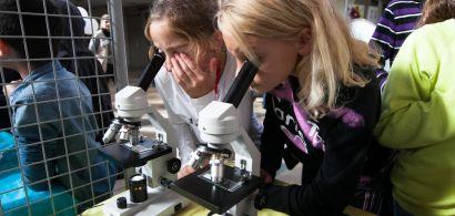 Deux fillettes regardent dans un microscope