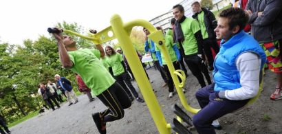 Des étudiants en train de tester les équipements sportifs.