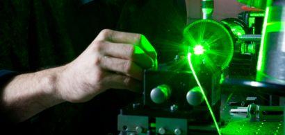 Un chercheur travaillant sur une fibre optique