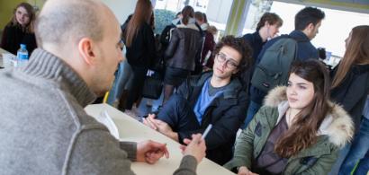 Un professionnel discutant avec des étudiants en GEA lors du forum des métiers
