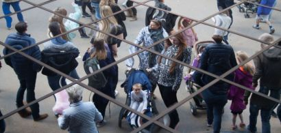 Reflet d'une foule dans un miroir