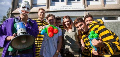 Un groupe d'étudiants déguisés.
