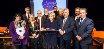 Signature de la lettre d'intention synergie campus. Un groupe de personnalités politiques locales.