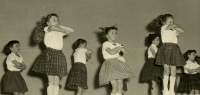 Photo d'archives : des fillettes en mouvement.