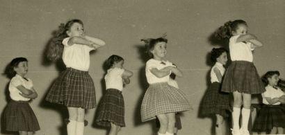 Photo d'archives : des fillettes en mouvement.