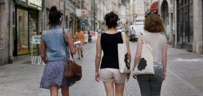 Trois jeunes femmes participant à une balade sonore