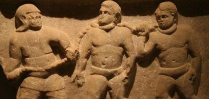 Bas-relief présentant des esclaves enchainés.