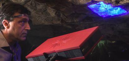 George Tirologos dans une grotte avec un scanner.