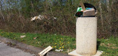 Des poubelles et des déchets sur le campus.