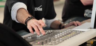 Un étudiant utilisant une table de mixage