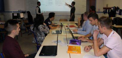 Des futurs commerciaux en séminaire de simulation de gestion de crise pendant 36 heures