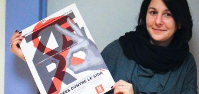 Une étudiante qui tient une affiche