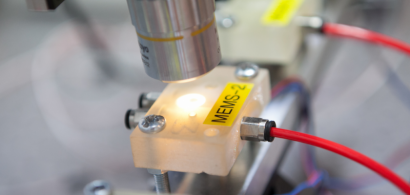 Sous un microscope, un objet avec une étiquette MEMS