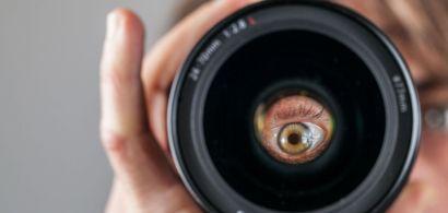 Un oeil derrière un objectif