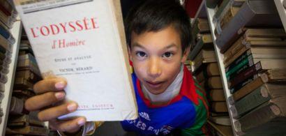 """Photo d'un collégien tenant l'""""Odyssée"""" d'Homère"""