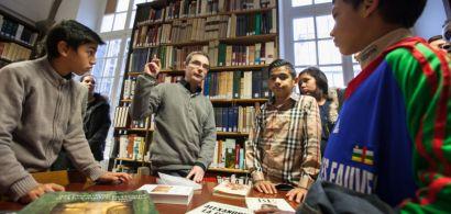 Loïc Decreuse présente la bibliothèque aux élèves