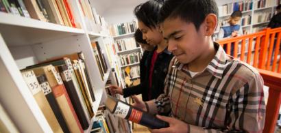 Des collégiens regardant des livres dans la bibliothèque de l'ISTA