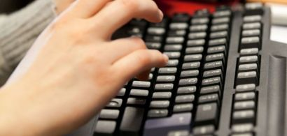 clavier avec des mains.