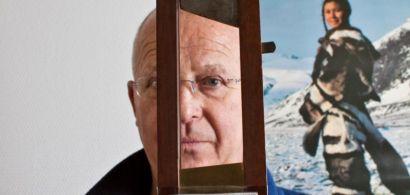 Visage de Jean-Michel Bessette en arrière plan tenant dans ses mains une mini guillotine.