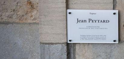 Une plaque commémorative au nom de Jean Peytard sur un mur.